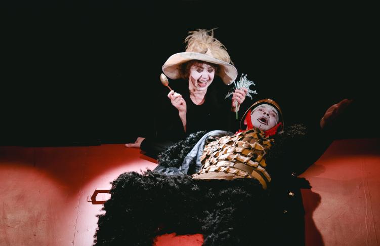 Сцена из спектакля «Мамаша Кураж и ее дети». Повар — Андрей Сенько, Кураж — Халида Иванова