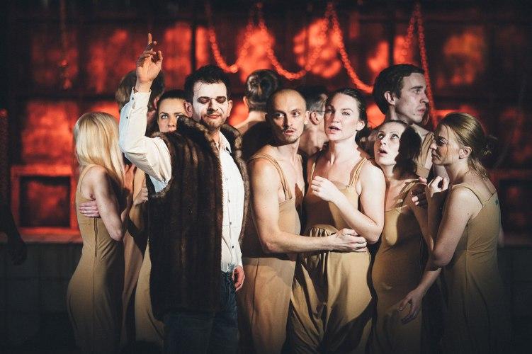 Сцена из спектакля «Загнанных лошадей пристреливают, не правда ли?», театр «Старый дом»