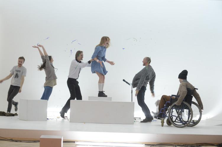 сцена из спектакля «Путешествие Алисы в Швейцарию»