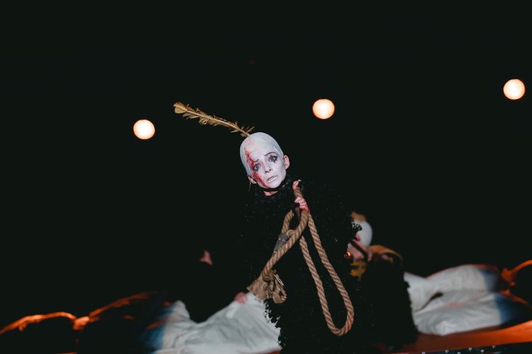 Сцена из спектакля «Мамаша Кураж и ее дети». Катрин — Анастасия Панина