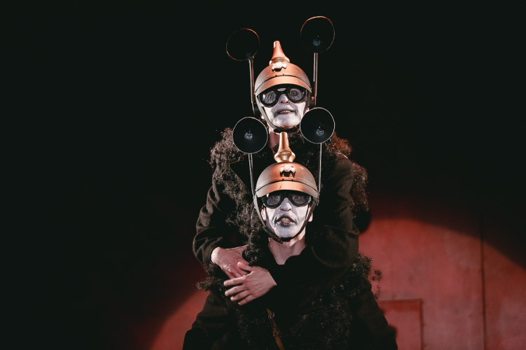 Сцена из спектакля «Мамаша Кураж и ее дети». Вербовщики — Сергей Дроздов, Тимофей Мамлин