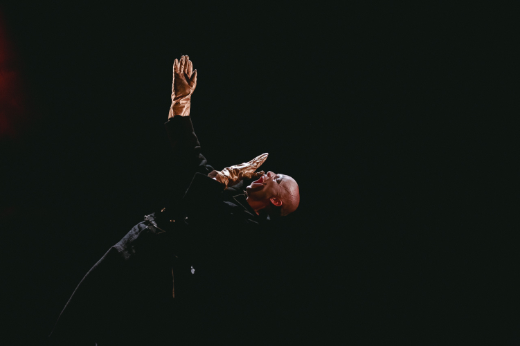 Сцена из спектакля «Мамаша Кураж и ее дети». Швейцеркас — Анатолий Григорьев
